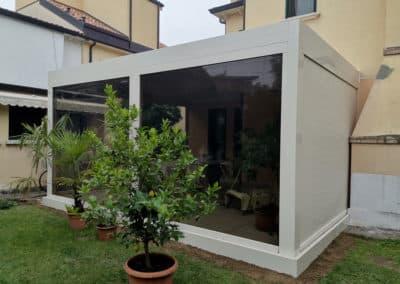 Installazione di un'elegante Pergola Bioclimatica Gibus in Alluminio con chiusure laterali.