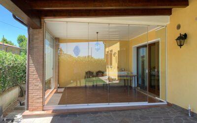 Chiusura porticato con vetrate impacchettabili